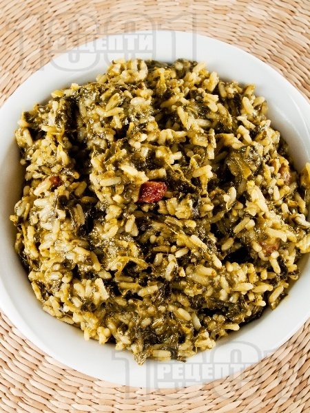 Задушен спанак с ориз, стафиди и пресен зелен лук - снимка на рецептата